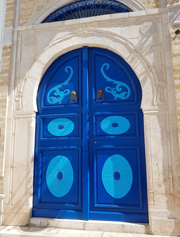 Синяя дверь в белом здании в Сиди-Бу-Саид  Путешествие в Тунис.